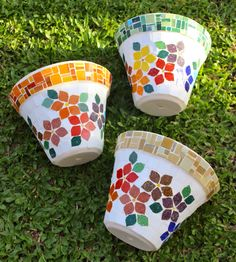 Vasos em mosaico / pots in mosaic bu Schandra Julia Mosaico by hannahmnt Mosaic Planters, Mosaic Flower Pots, Mosaic Garden, Mosaic Crafts, Mosaic Projects, Diy Projects, Mosaic Glass, Mosaic Tiles, Mosaics