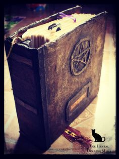 DIY Book Of Shadows with a notebook binder DIY-Buch der Schatten mit einer Notizbuchmappe Wiccan Crafts, This Is A Book, Practical Magic, Simple Magic, Altered Books, Book Crafts, Bookbinding, Occult, Notebook Binder