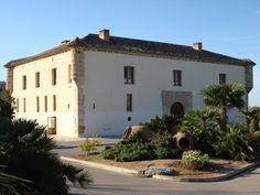 Alqueria del Duc-  Ce palais fortifié du XVI s. fut acheté en 1590 par un des fils de Sant Francesc de Borja qui le transforma en palais de chasse et de loisirs. La mairie de Gandia l´acheta en 1981 et le restaura en 1993 Autour se trouve l´Ullal de l'Estany, exemple de bio-diversité des marécages du littoral. Un parcours eco-touristique qui invite à sa découverte est ouvert toute l´année.
