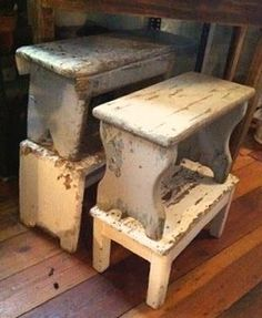 bench/stool for bathroom . DIY project for that old piece of wood ? Diy Stool, Wood Stool, Bench Stool, Step Stools, Primitive Furniture, Painted Furniture, Diy Furniture, Country Furniture, Old Benches