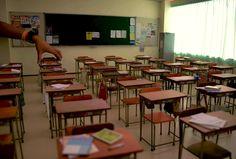 Mozu(@rokubunnnoichi)さん   Twitter  教室の後ろ側が完成しましたー! 机、椅子、黒板、カーテン…全てが1つ1つ手作りです! #classroom #miniature #diorama