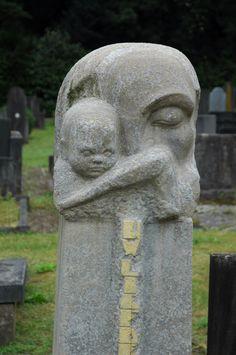 Hildo Krop monument voor zijn moeder.  Algemene begraafplaats te steenwijk.   Saskiapassion