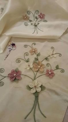 Discover thousands of images about This Pin was discovered by Bah Vintage Handkerchiefs, Brazilian Embroidery, Embroidery Supplies, Needle Lace, Table Runners, Simple Designs, Decoration, Applique, Sewing