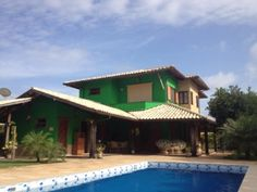 Casa em grande terreno, localizada em excelente condomínio na Praia do Forte.