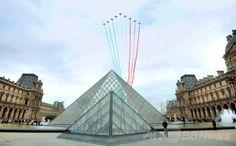 仏パリ(Paris)で、フランス革命記念日(Bastille Day)の軍事パレードで行われる中、ルーブル(Louvre)美術館にあるガラスのピラミッド上空を、仏国旗を表す3色の煙を噴射しながら飛行する仏空軍のアクロバット飛行チーム「パトルイユ・ド・フランス(Patrouille de France、2014年7月14日撮影)。(c)AFP/PIERRE ANDRIEU ▼14Jul2014AFP|仏革命記念日で軍事パレード、自衛隊員も行進 http://www.afpbb.com/articles/-/3020522 #Bastille_Day #Patrouille_de_France