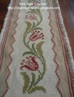 Olá!     Este  Tapete Arraiolo , eu fiz há bastante tempo, usei um gráfico antigo de crochê, para bordar as flores. O gráfico das Flores, ...
