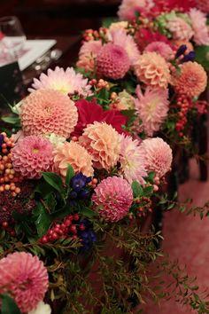 初秋、9月。目黒雅叙園鷲の間さまへの高砂装花です。   秋の装花といえばダリア、 和婚の装花といえば赤やオレンジですが、   テーブ...