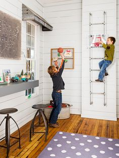 love the ladder. Fixer Upper Hosts Chip and Joanna Gaines Holiday House Tour Gym Interior, Interior Windows, Interior Exterior, Interior Design, Brown Interior, Chip Und Joanna Gaines, Chip Gaines, Joanna Gaines Kids Room, Fixer Upper Joanna