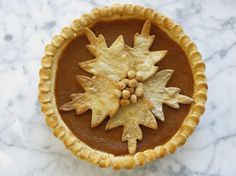 Carolyne Roehm's favorite pumpkin pie - We aren't pumpkin pie eaters but what a beautiful design for atop my apple pie!