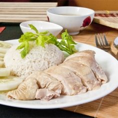 Hainanese chicken rice, Singaporean style, with juicy and soft tender chicken meat and rice with pandan and sesame fragrance.