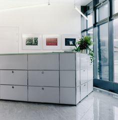 USM Haller reception station in pure white.