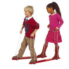 --- zomerski's --- Met de zomerski's oefenen de kinderen hun motoriek en coördinatie van bewegingen. Het lijkt zo makkelijk, maar het kan best moeilijk zijn met z'n tweeën tegelijk te stappen. De ski's zijn van hout en aan de onderkant zitten twee rubberen blokjes.  Formaat: 89 x 9 cm (l x b). 524003