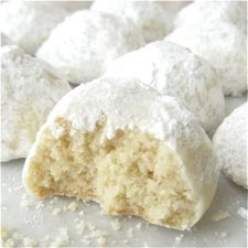 Italian wedding cookies - recipe uses almond meal from Trader Joes! Danish Wedding Cookie Recipe, Danish Wedding Cookies, Mexican Wedding Cookies, Italian Wedding Cookies, Italian Cookies, Köstliche Desserts, Delicious Desserts, Dessert Recipes, Yummy Food