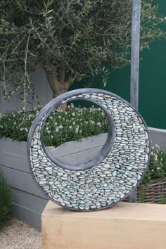 Do you need inspirations to make some DIY Garden Art Design Ideas in your Garden? In that way it is possible to point out what belongs and what doesn't belong in the garden that produced a feeling of disorder. Diy Garden, Garden Crafts, Garden Projects, Garden Art, Concrete Garden, Garden Edging, Outdoor Art, Outdoor Gardens, Rock Sculpture