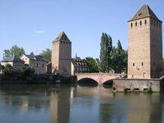 Strasbourg – Grande île : dans un périmètre restreint, elle renferme un ensemble monumental d'une remarquable qualité. La cathédrale, les quatre églises anciennes, le palais Rohan, ancienne résidence des princes-évêques, n'y apparaissent pas comme des monuments isolés, mais s'articulent à un quartier ancien très représentatif des fonctions de la ville médiévale et de l'évolution de Strasbourg du XVe au XVIIIe siècle. #unesco #whc