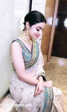 Flowers on her hair is looking so pretty Indian Fashion, Saree Look, Indian Designer Outfits, Elegant Saree, Indian Sari Dress, Saree Trends, Indian Designer Wear, Stylish Sarees, Fashion