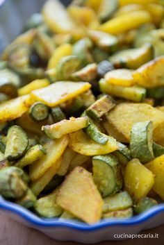 Patate e zucchine in forno profumate alla curcuma - - Potatoes and zucchini in the oven scented with turmeric Vegetable Recipes, Vegetarian Recipes, Cooking Recipes, Healthy Recipes, Antipasto, Zucchini In The Oven, I Love Food, Good Food, University Food