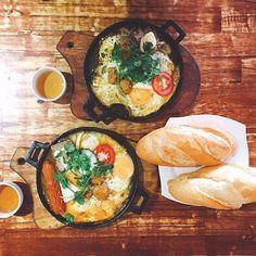 Chảo đầy ụ đồ ăn nào xúc xích, nào trứng opla, rồi thịt viên, phô mai, nóng hổi luôn chấm bánh mì là toẹt vời ông mặt trời. 🏠Bánh mì chảo 27 💵20k - 30k 🏠300 Phan Đình Phùng, DL  Ăn chơi nhớ #foodydalat nha nha  #foody #foodydalat #dalatfood #foodporn #foodphotography #like4like #like4follow #dalat #lostindalat #banhmichao #bread #vietnamesefood #egg #saussage #cheese