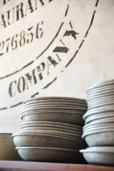 text - plates - zinc - muurschildering -  bordjes - metaal -  zink