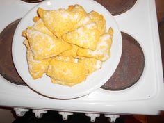 Mrkvové šátečky s tvarohem  Na těsto 250 g polohrubé mouky 150 g másla nebo tuku na pečení  200 g najemno strouhané mrkve Půlku prdopeče     Splácáme dohromady, vyválíme na placku nakrájíme čtveečky do kterých dáme tvaroh a pořádně kraje přitlačíme k sobě. Náplň  250 g měkkého tvarohu 2 lžíce rozinek  2 lžíce cukru 1 vanilkový cukr 1 žloutek  citronová šťáva podle chuti    Pečeme na 180 stupňů asi 20 minut a horké obalujeme v cukru.