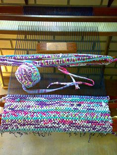 rag rug with TShirts rug leftovers! Weaving Projects, Diy Projects, Tapetes Diy, Fabric Crafts, Diy Crafts, Fabric Yarn, Sewing Crafts, Homemade Rugs, Braided Rugs