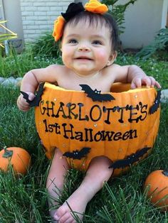 First Halloween Photo idea. Baby in pumpkin. Baby First Halloween, Halloween Fun, Halloween Costumes, Family Halloween, Cute Babies, Baby Kids, Foto Baby, Holiday Pictures, Fall Pictures