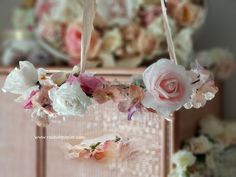 Couronne suspendu, hanging wreath. Roses and violets. Roses et pensées. Couronne Shabby Chic, Flower Chandelier, Chandeliers, Roses, Table Decorations, Flowers, Home Decor, Garland, Weddings