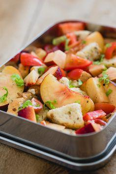 Heb je oud brood over? Met panzanella maak je er nog wat lekkers van. Voeg er perziken, tomaten en basilicum aan toe en het is de perfecte lunchbox.