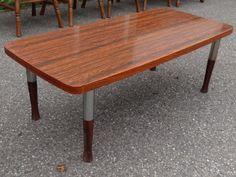 Mooie oude retro salontafel - hout fineer gelakt met metaal - €14,-