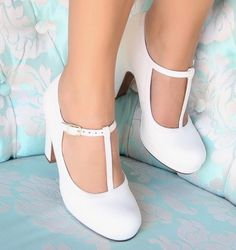 Chie Mihara shoes, sandals, blocs and boots. Designer shoes of maximum comfort! Bride Shoes, Prom Shoes, Dress Shoes, Dance Shoes, Shoes Heels, Pretty Shoes, Beautiful Shoes, Cute Shoes, Me Too Shoes
