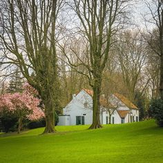 The Josaphat Park in Schaerbeek is an oasis of peace and quiet! Pic by @brusselspictures