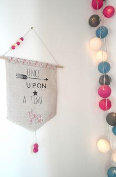 """""""Once upon a time"""" - Fanion en lin et tissu liberty rose pour les douces rêveuses : Décoration pour enfants par 3-pommes-dans-un-panier"""