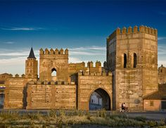 Madrigal de las Altas Torres #Ávila, lugar donde nació #IsabelLaCatólica Beautiful Castles, Beautiful Buildings, Beautiful Places, Chateau Medieval, Medieval Castle, Castle Ruins, Castle House, Magic Places, Palaces