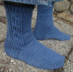 Urho continues the series of basic, unisex sock patterns designed for worsted weight yarn. Knitting Videos, Knitting Charts, Knitting Socks, Knitting Patterns Free, Free Pattern, Knitted Slippers, Wool Socks, Lots Of Socks, Blue Socks