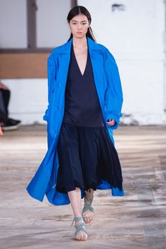 See all the Collection photos from Tibi Spring/Summer 2019 Ready-To-Wear now on British Vogue Fashion 2020, Fashion Show, Fashion Brands, Fashion Tips, Spring Fashion Trends, Modern Outfits, Ready To Wear, Spring Summer, Couture