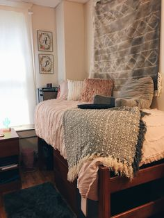 35 Dorm Room Essentials Create a Stylish Space for Lounging, Studying & Sleeping 2 - Trend Home Dorm Room Designs, Dorm Room Themes, College Dorm Rooms, College Bedding, College Apartments, College Dorm Decorations, My New Room, Bedroom Decor, Bedroom Ideas