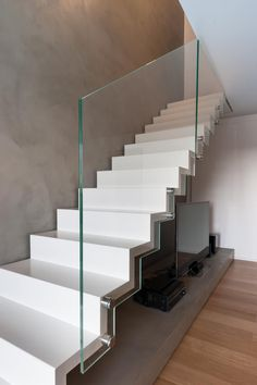 Use of glass Staircase Storage, Staircase Design, Hipster Home Decor, Stairs Architecture, Family House Plans, Design Case, Scale Design, Dream Home Design, Cool Apartments