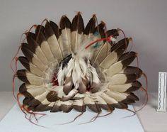 Головной убор (орлиные перья, горностай?), Оглала Лакота. Вид три. Длина 17 1/2, диаметр 11 1/2 дюймов. Victor J.Evans, 1931 год. NMNH
