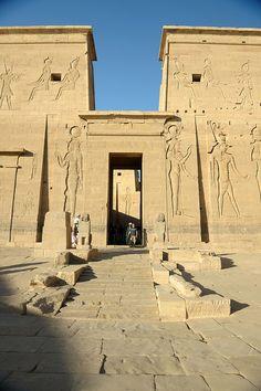 Podemos observar el templo , lugar de los ritos sagrados y contemplación de la imagen del dios que se quería homenajear.