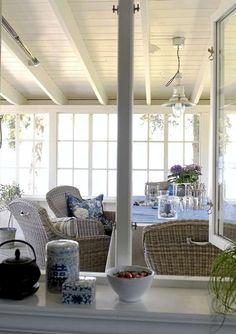 GLASSVERANDA.Halvparten av terrassen er innebyget med glass. Kurvstolene med håndtak er fra Home & Cottage.