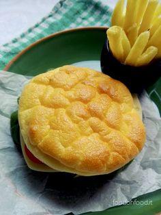 """Il """"Cloud Bread"""" ossia il pane nuvola è una ricetta che ha conquistato il mondo del web. Si tratta di un impasto fatto di uova e formaggio cotto al forno, senza glutine e senza carboidrati, perfetto per chi soffre di intolleranza o è a dieta. Il sapore è molto delicato e la consistenza di questo pane è sofficissima. Non è un classico pane, lo descriverei come la più leggera e morbida frittata che io abbia mai mangiato."""