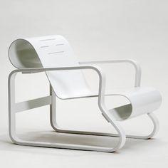 Fauteuil Paimio 41 en blanc laqué/blanc laqué by Artek. Retrouvez nos fauteuils design sur amateur de design: http://www.amateurdedesign.com/