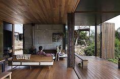 Dům je možné v teplých dnech prakticky celý otevřít, aby jím mohl povívat vánek.
