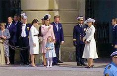 Happy 70th Birthday to the King! The royal family is on their way to leave for the next programme but Princess Estelle doesn't even plan to say goodbye to her people. | 30. April 2016 // Source: SVT
