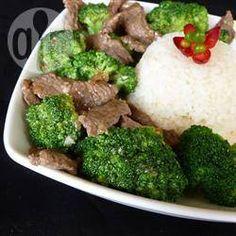 Foto da receita: Filézinho de carne com brócolis e gengibre à moda oriental