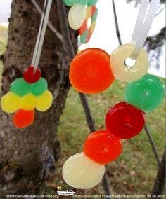 Adornos de Navidad con caramelos: http://www.manualidadesinfantiles.org/adornos-de-navidad-con-caramelos/