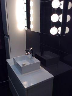 Kohde 34, Talo A: WC:ssä valkoinen komposiitti Glasiar. Ceiling Lights, Interior Design, Bathroom, Lighting, Ideas, Home Decor, Nest Design, Washroom, Decoration Home