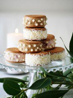 市販のクッキーとアイスで簡単。アイスの周りをデコレーションし、いくつも華やかに重ねれば、イベントやパーティのデザートにも。ただし溶けやすいので素早く作って、素早く食べよう。|『ELLE gourmet(エル・グルメ)』はおしゃれで簡単なレシピが満載!