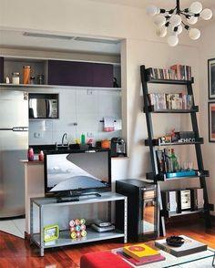 Pequeno apartamento com sala de estar/TV pequena e integrada com a cozinha. Fonte: Decor Fácil