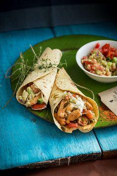 """1/6 Nejlépe den předem (v nouzi postačí i hodina) nakrájíme maso na nudličky 1 x 1 x 3 cm, promícháme s 2 lžícemi oleje a 2 lžícemi směsi """"Fajitas"""" a... Cooking Recipes, Healthy Recipes, Pitta, Fajitas, Healthy Chicken, Hamburger, Tacos, Food And Drink, Treats"""